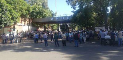Funcionarios de la Ande va al paro y exigen cumplimiento de contrato colectivo