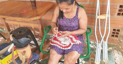 Tras accidente, enfermera vive de hacer crochet
