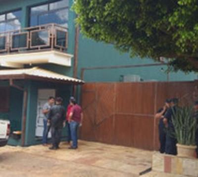 Comerciante es atacado a balazos frente a su vivienda