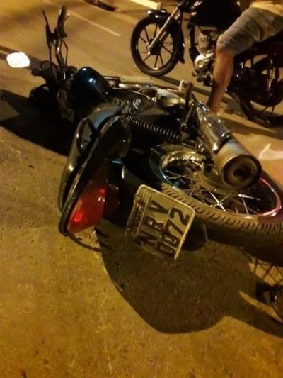 A alta velocidad, sin casco, motociclista atropella lomada y embiste frontalmente contra patrullera, falleciendo en el acto