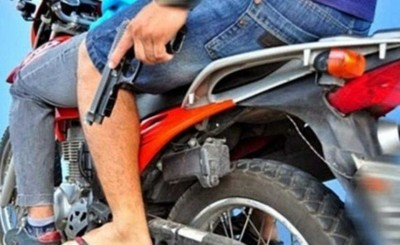 Playera es despojada de su billetera por motochorro