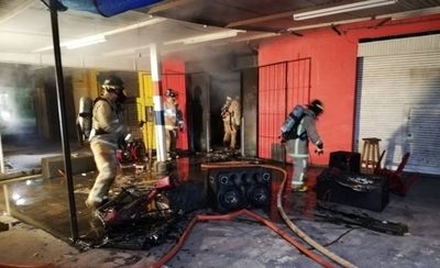 """HOY / Incendio consumió local de """"tuneado"""" en Mariano"""