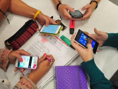 No prohibir redes sociales al adolescente, sino acompañarlo en el uso