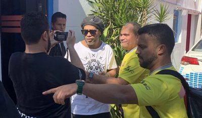 Ronaldinho es recibido por gran cantidad de fans