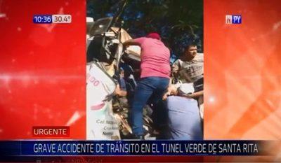 Vehículo mal estacionado provoca choque en túnel verde de Santa Rita