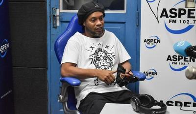 """Ronaldinho Gaúcho llegó al país para presentar el """"Móvil de salud de las niñas y niños"""" y su libro 'Genio en la Vida'"""