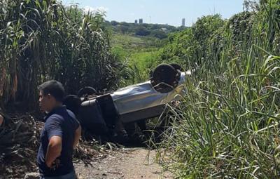 Conductora pierde control de su vehículo y termina en un barranco