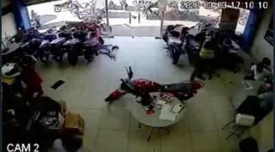 |VIDEO| Entró a un local a robar, no encontró la plata y se alzó con objetos de los empleados
