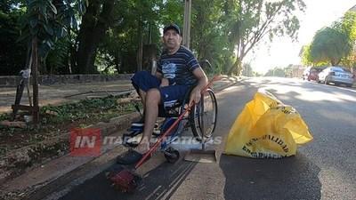 TRAS UN ACCIDENTE, BARRE LAS CALLES EN SILLA DE RUEDAS