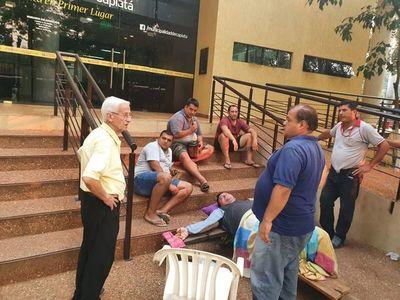 Chofer de línea interna de Capiatá se crucifica durante protesta por itinerario