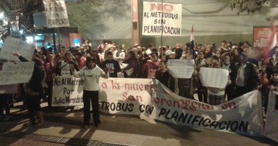 Cerca de 400 personas frente al palacete municipal