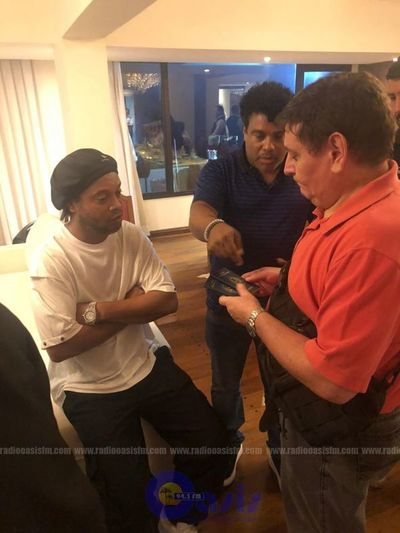 Detienen a Ronaldinho por poseer presunto pasaporte falso