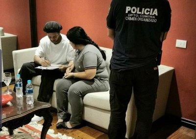 Demoran al astro Ronaldinho por poseer pasaporte falso