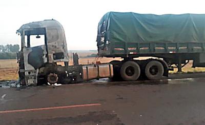 Posible cortocircuito dejo hecho cenizas cabina de camión