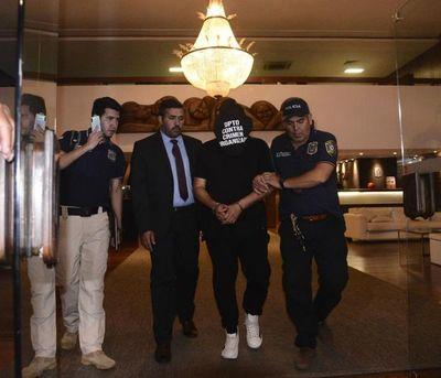 """Caso Ronaldinho: empresario con cédula falsificada se """"paseaba"""" con la Policía en el aeropuerto"""