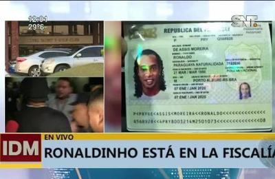 Escándalo y corrupción: Ronaldinho demorado en Paraguay con documentos falsos
