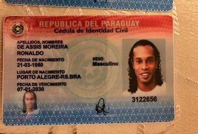 Detenido por portar documentos de contenido falso: Ronaldinho colabora con la policía a fin de aclarar la situación