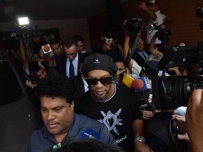 Ronaldinho seguirá en el país para someterse a la Justicia, dice su abogado