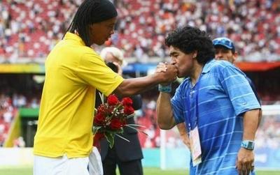 """HOY / Maradona se solidariza con Ronaldinho: """"Fuerza amigo, la verdad siempre sale adelante"""""""