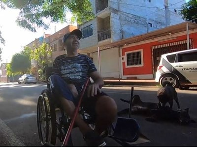 Barre las calles sobre una silla de ruedas