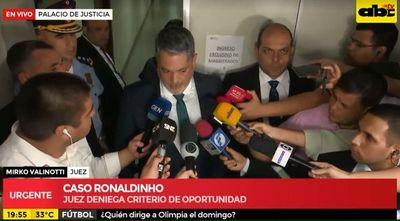 Juez niega salida procesal a Ronaldinho y pasa la pelota a la Fiscala General