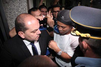 Ronaldinho y su hermano fueron detenidos y guardan reclusión en la Agrupación Especializada de PN