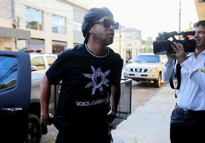 Repercusión internacional: Ronaldinho es arrestado en Paraguay tras revés judicial en proceso por pasaportes
