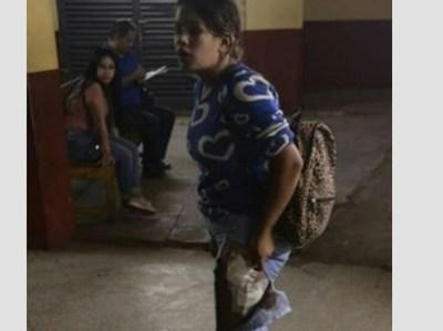 Motochorros apuñalan a una joven que esperaba colectivo para ir a trabajar y le roban su celular