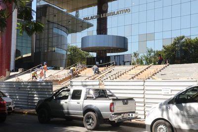 Reparan escalinata mal hecha del Congreso Nacional