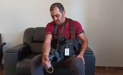 Periodista es arrestado por marinos por orden de aduanero