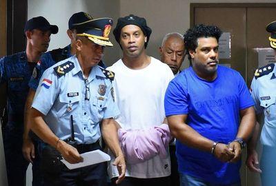 Ronalninho y su hermano seguirán en prisión