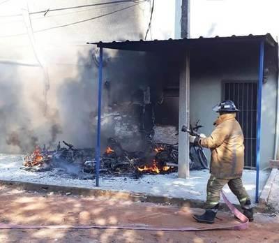 Fuego consume 4 motos frente a escuela luqueña •