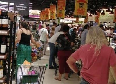 HOY / Supermercados piden calma: no se acabarán los productos y horarios se mantendrán