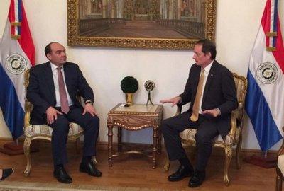 Embajador dice que puede retirarse visa de EEUU a otros funcionarios