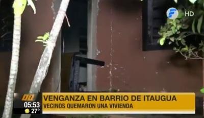 """Vecinos toman """"venganza"""" y queman casa de sospechosos de crimen"""