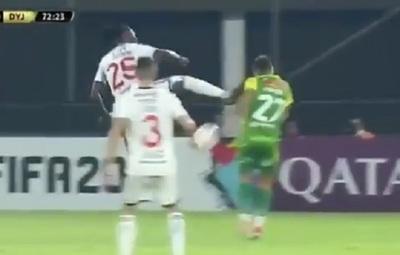 Adebayor dice que no quiso lastimar a su rival