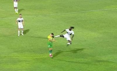 """HOY / Adebayor habló con el plantel tras la patada y roja: """"Él dice que no le vio..."""""""