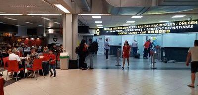 Piden evitar presencia de niños y adultos mayores en el aeropuerto