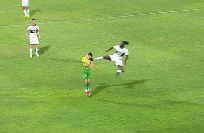 """Garnero y la roja a Adebayor: """"levantó la pierna así no más, no hubo intención"""""""