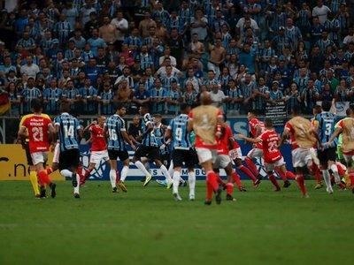 Gremio e Inter empatan en un clásico con 8 expulsados
