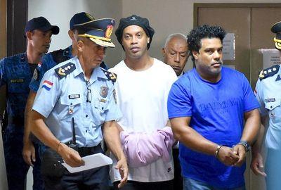 Ratifican prisión de Ronaldinho y su hermano