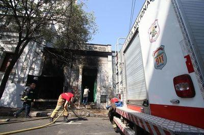 Asunción: Controlan incendio en un depósito de transformadores de la ANDE
