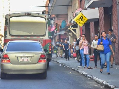 Colectivos respetan el tope, pero en  paradas se aglomeran los   pasajeros