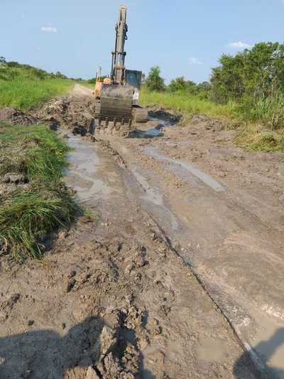 MOPC por fin repara caminos de Bahía Negra
