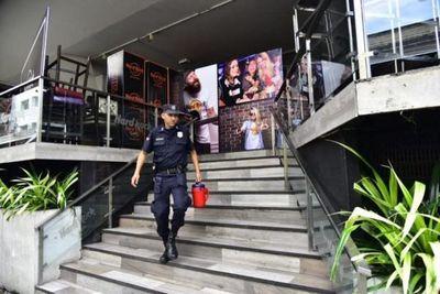 Policía intervino céntrico bar asunceno por presunta transgresión a aglomeración de personas