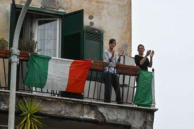 Los italianos cantan desde sus ventanas para hacer frente a la cuarentena por el coronavirus