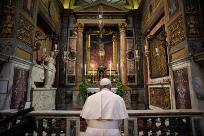 """El papa reza ante el crucifijo de la """"Gran Peste"""" por el fin de la pandemia"""