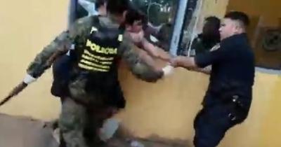 HOY / Santaní: detienen a 6 personas por no acatar orden del gobierno, uno agrede a policías