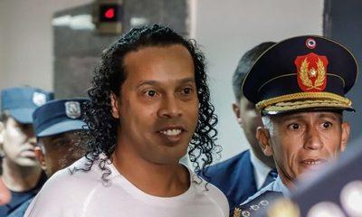 Ronaldinho ofreció 1,6 millones de dólares para librarse de la prisión preventiva
