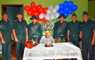 Héroe de la Guerra  Chaco  recibe una emotiva serenata al cumplir 109 años